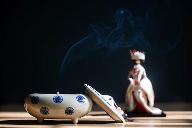 Sluit omhoog van japanse wierookbrander met ceramisch op lijst