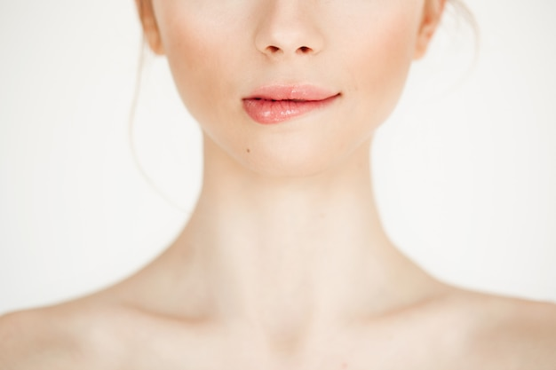 Sluit omhoog van jong mooi meisje met schone gezonde huid het bijten lip. kopieer ruimte. cosmetologie en spa