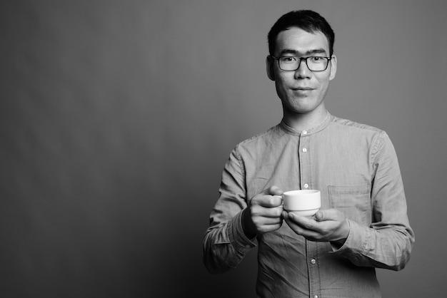 Sluit omhoog van jonge aziatische zakenman die oogglazen draagt