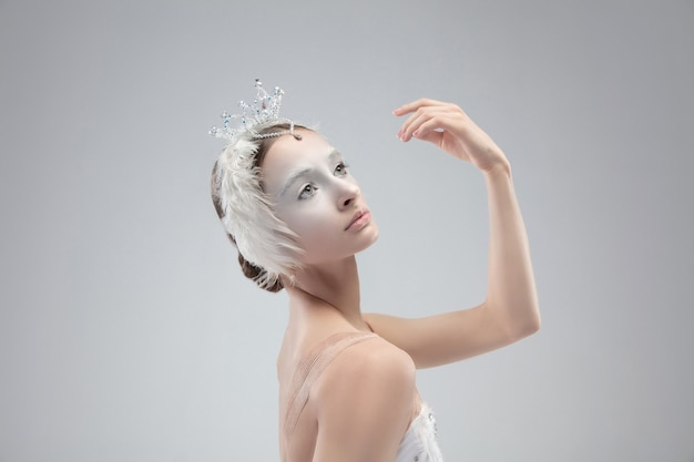 Sluit omhoog van jonge bevallige ballerina op witte studioachtergrond