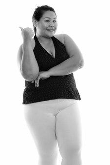 Sluit omhoog van jonge mooie overgewicht aziatische vrouw klaar voor geïsoleerde gymnastiek