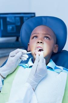 Sluit omhoog van jongen die zijn tanden hebben onderzocht