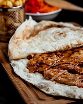 Sluit omhoog van kippendoner kebab met flatbread