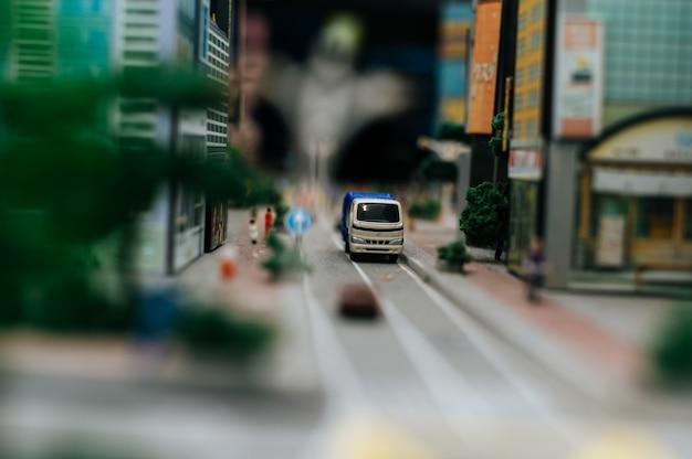 Sluit omhoog van kleine auto'smodel op de weg, verkeersconceptie.