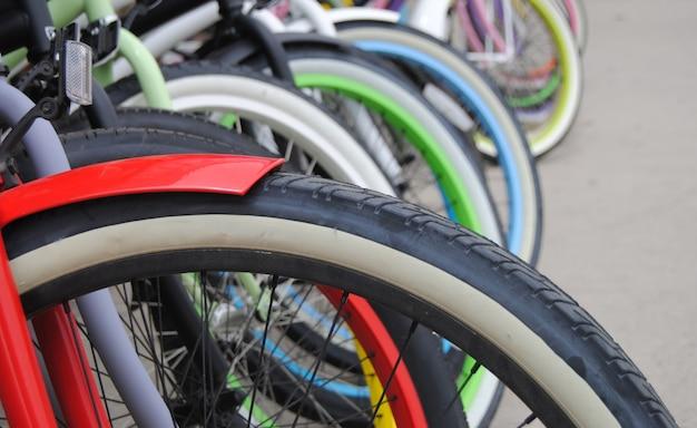 Sluit omhoog van kleurrijke fietsen
