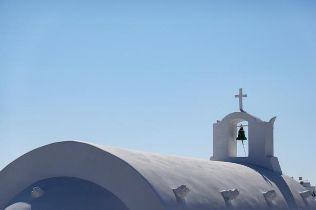 Sluit omhoog van klok, witte kerk in oia-santorini, griekenland.