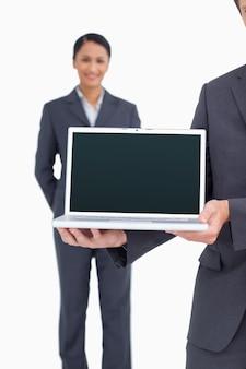Sluit omhoog van laptop die door salesteam wordt voorgesteld