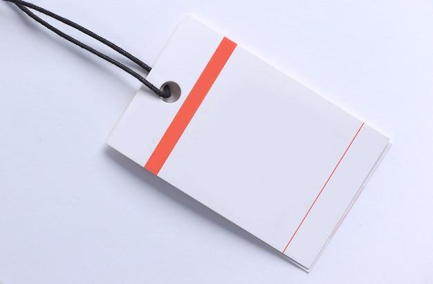 Sluit omhoog van leeg prijsetiket op wit oppervlak met uitknippad