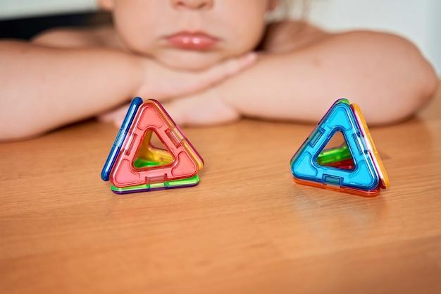 Sluit omhoog van magnetisch bouwstuk speelgoed. kind speelt met ontwikkelingsspeelgoed. hoge kwaliteit foto