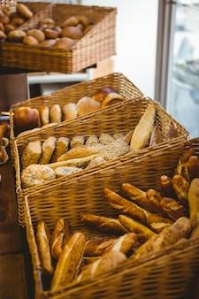 Sluit omhoog van mand met vers brood bij de bakkerij