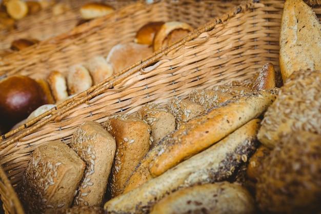 Sluit omhoog van mand met vers brood