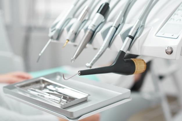 Sluit omhoog van medische apparatuur bij de tandkliniek