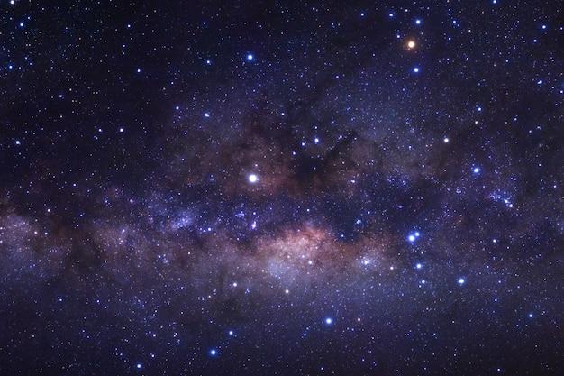 Sluit omhoog van melkachtige maniermelkweg met sterren en ruimtestof in het heelal