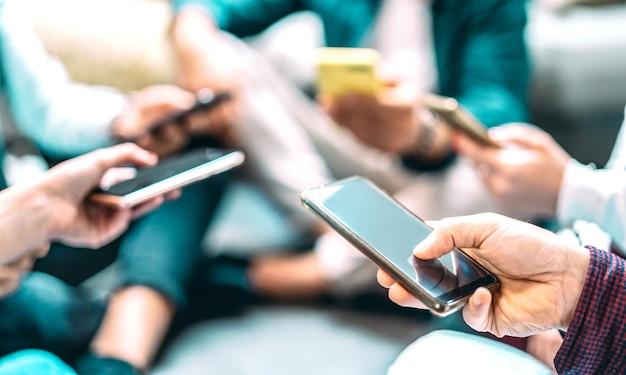 Sluit omhoog van mensen die mobiele smartphones gebruiken - selectieve nadruk op juiste smartphone
