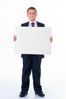 Sluit omhoog van mensenhanden die wit leeg bord tonen.