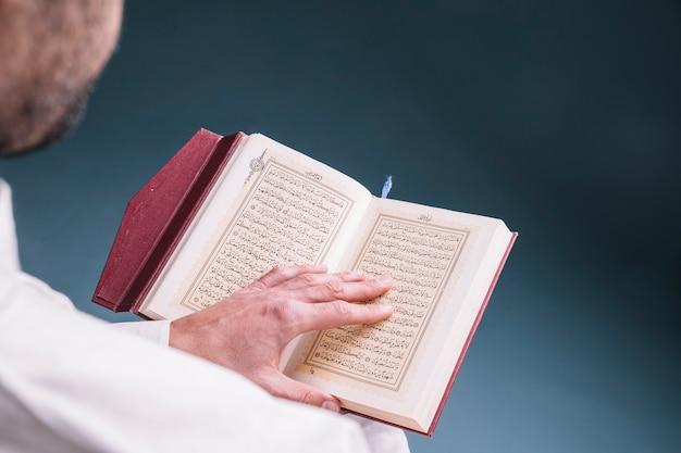 Sluit omhoog van mensenlezing in koran