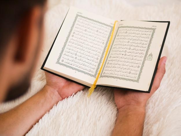 Sluit omhoog van mensenlezing van quran