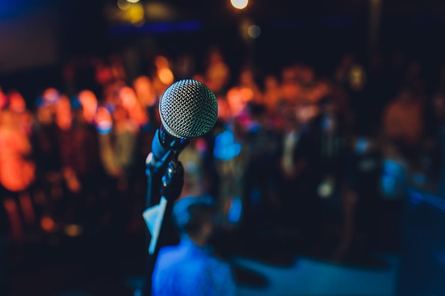 Sluit omhoog van microfoon in concertzaal of conferentieruimte.