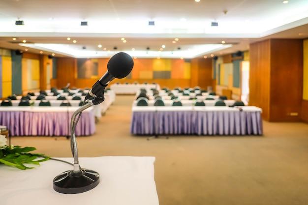 Sluit omhoog van microfoon in vergaderzaalzaal of conferentieruimte