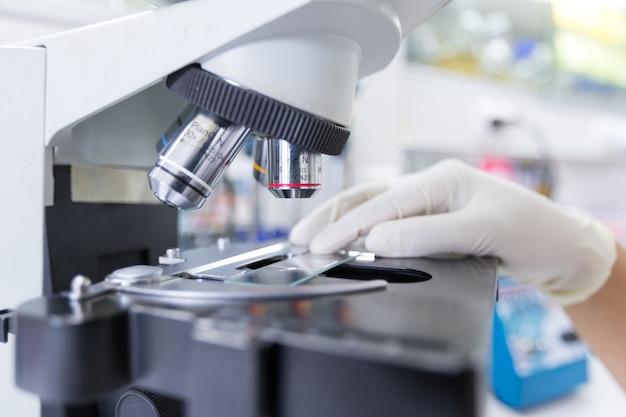 Sluit omhoog van microscoop bij het bloedlaboratorium