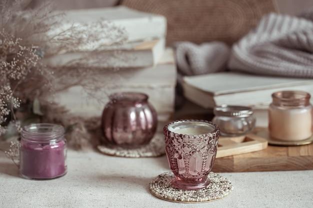 Sluit omhoog van miniatuurkandelaars voor kaarsen. home decor en comfort concept.