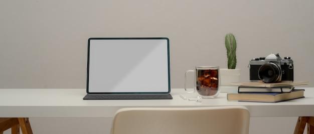 Sluit omhoog van minimale werktafel met laptop en koffiemok