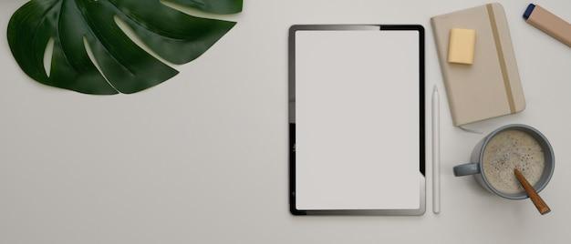 Sluit omhoog van minimale werktafel met tablet en koffiemok