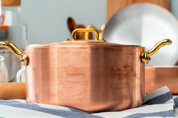 Sluit omhoog van modern keukenbinnenland met koper cookware