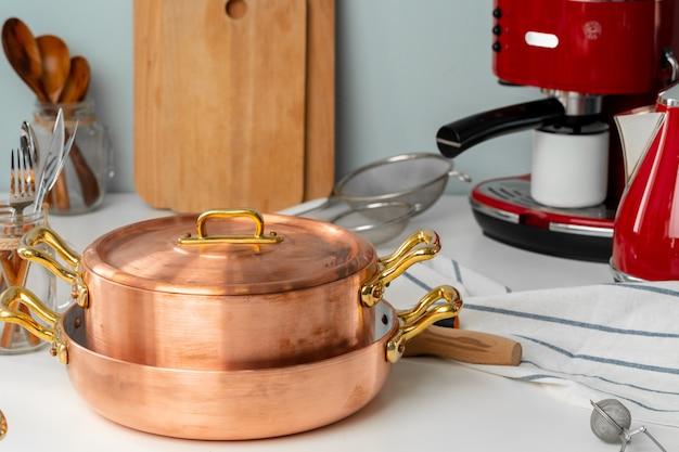 Sluit omhoog van modern keukenbinnenland met koperkookgerei