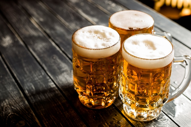 Sluit omhoog van mokken met vers bier