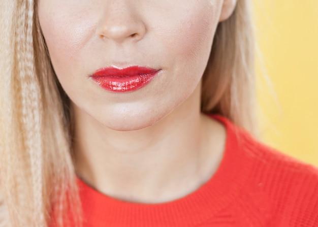 Sluit omhoog van mooie rode lippen