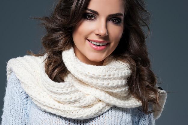 Sluit omhoog van mooie vrouw in sjaal
