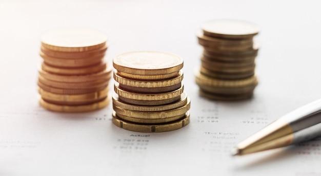 Sluit omhoog van muntstukken op de financiële gegevens