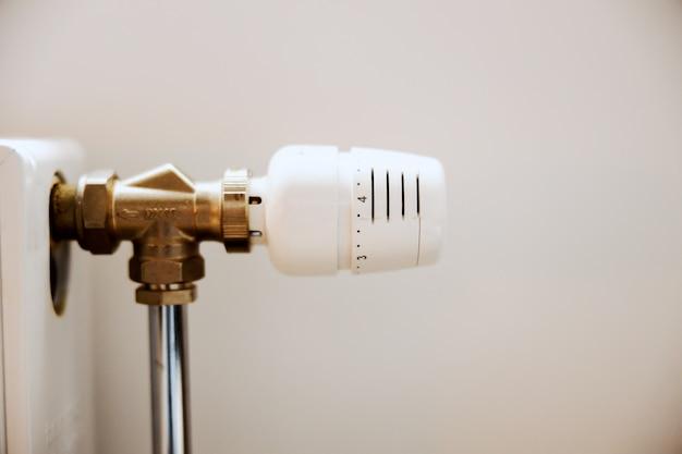 Sluit omhoog van ontluchtingspijp op radiator in appartement.