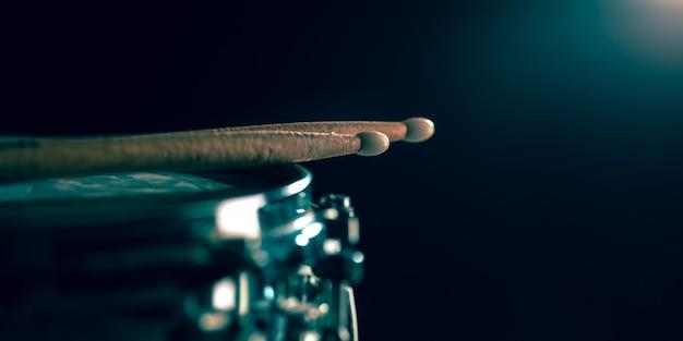 Sluit omhoog van oude retro trommel en trommelstokken