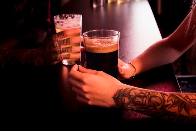 Sluit omhoog van paar bij bar