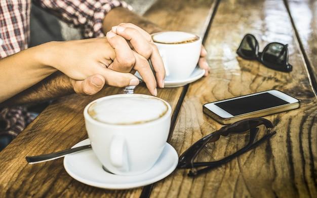 Sluit omhoog van paar dat verse cappuccino drinkt