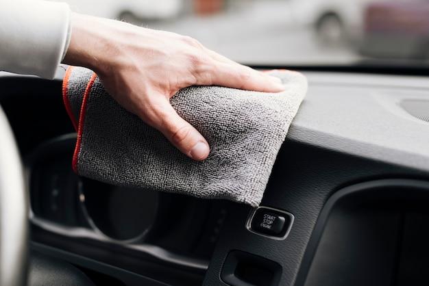 Sluit omhoog van persoon het schoonmaken autobinnenland