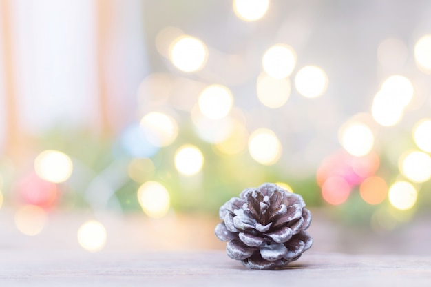 Sluit omhoog van pinecone voor kerstmis op vage lichten