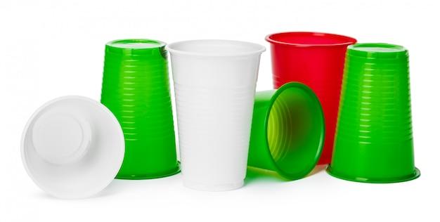 Sluit omhoog van plastic koppen voor dranken die op wit worden geïsoleerd
