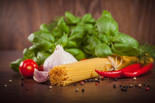 Sluit omhoog van producten op spaghetti