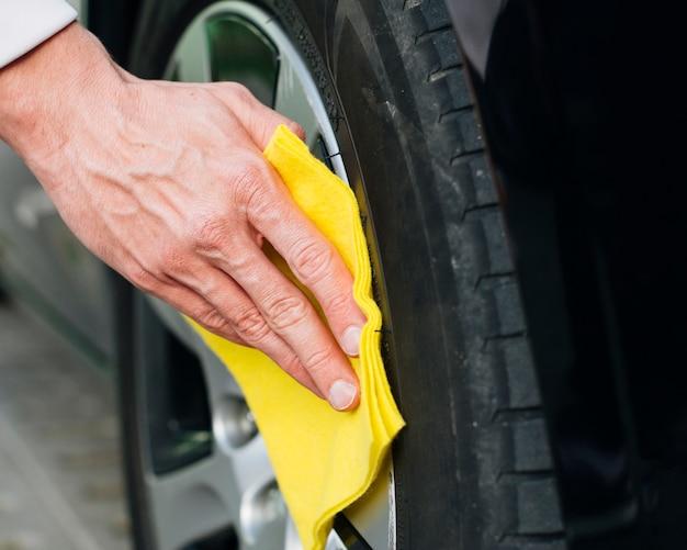 Sluit omhoog van randen van de mensen de schoonmakende auto