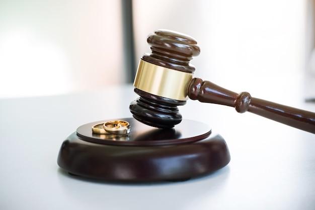 Sluit omhoog van rechtershamer beslissend over huwelijksscheiding en twee gouden huwelijksring