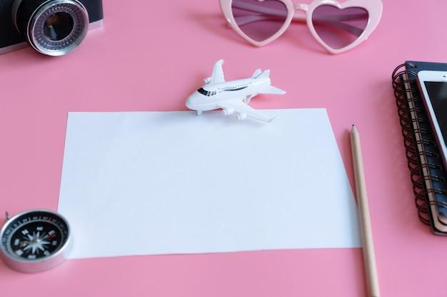 Sluit omhoog van reistoebehoren en document, reisconcept. plat leggen, ruimte kopiëren