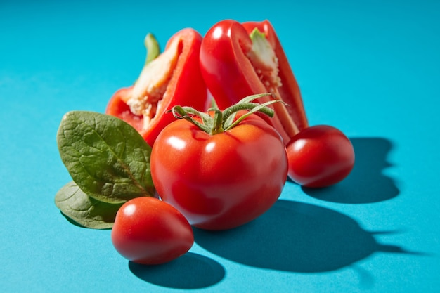 Sluit omhoog van rijpe tomaten met groene stengels