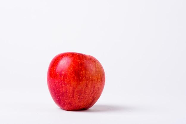 Sluit omhoog van rode geïsoleerde appel