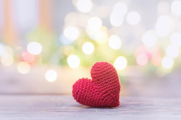 Sluit omhoog van rood hart met de hand gemaakt voor de dag van de valentijnskaart of huwelijksachtergrond