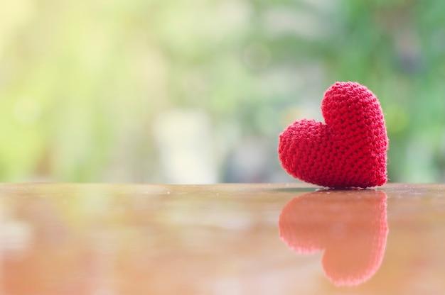 Sluit omhoog van rood met de hand gemaakt hart voor de dag van balentine