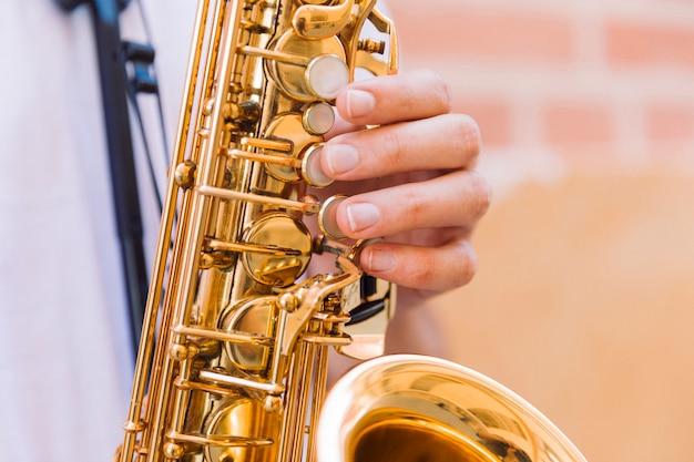 Sluit omhoog van saxofoonsleutels
