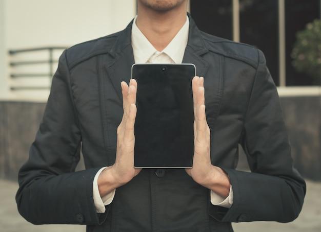Sluit omhoog van slimme de telefoontablet van de bedrijfsmensenaanraking